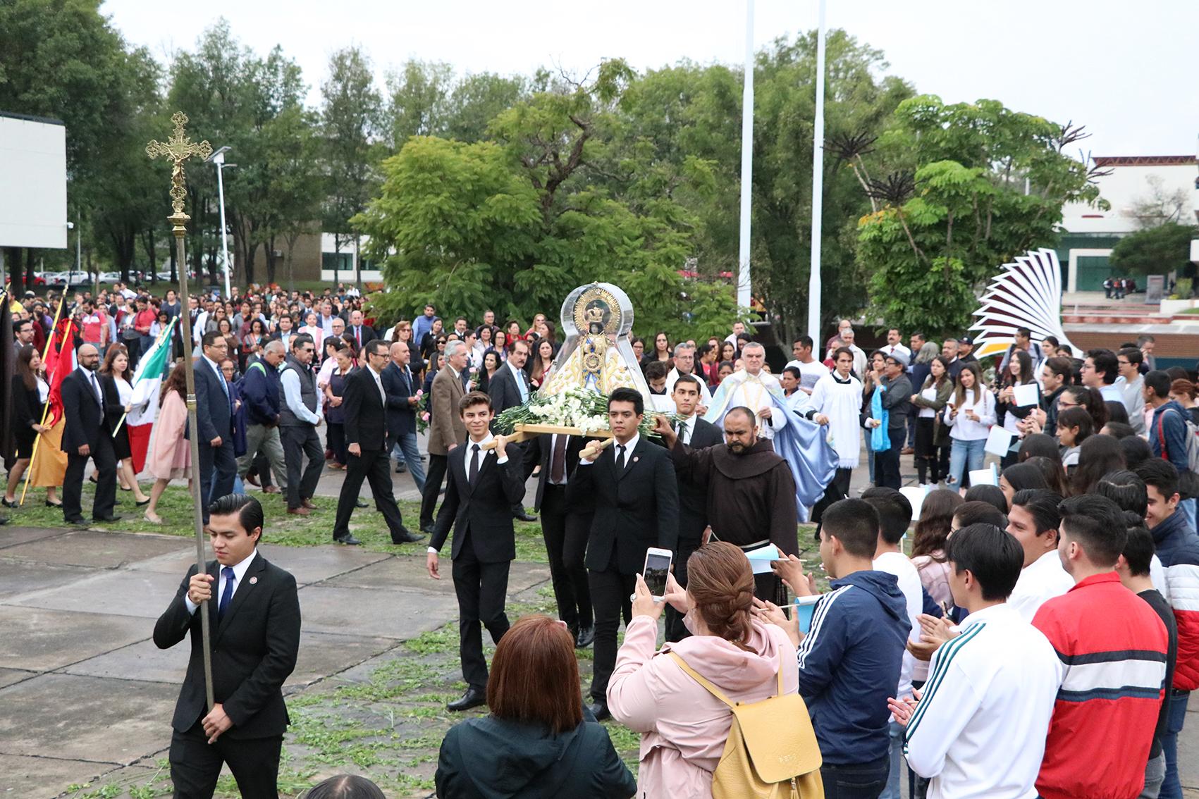 La procesión a su llegada a la rectoría de la UAG